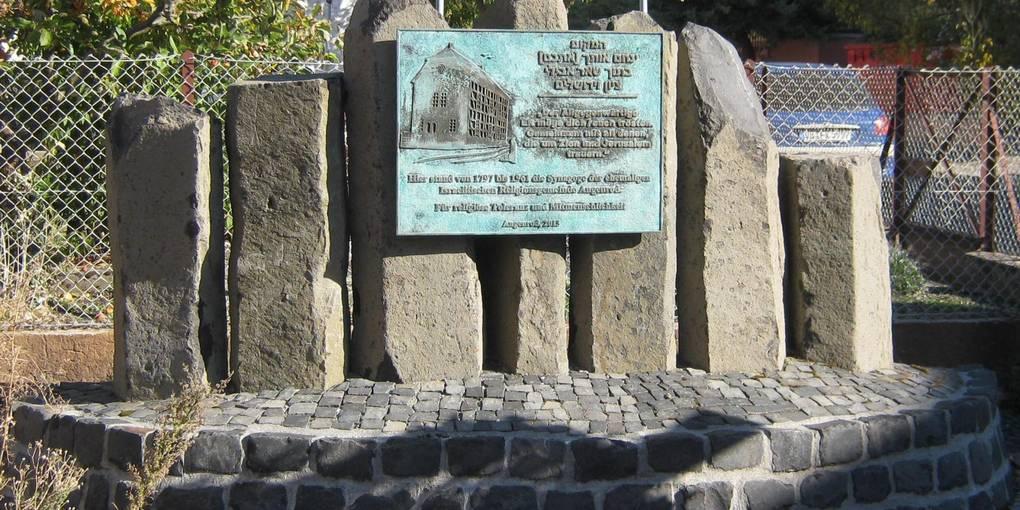 Die Basalt-Stelen an der Gedenkstätte, wo einst die Angenröder Synagoge stand, erinnen an die Menorah.