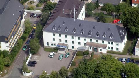 """Die Polizeistation in Wetzlar, hier ein altes Luftbild, ist zu klein für ihre jetzigen Aufgaben, dabei kommen weitere hinzu. Eine nahe """"Zweigstelle"""" könnte die Lösung sein.  Foto: PP Mittelhessen"""