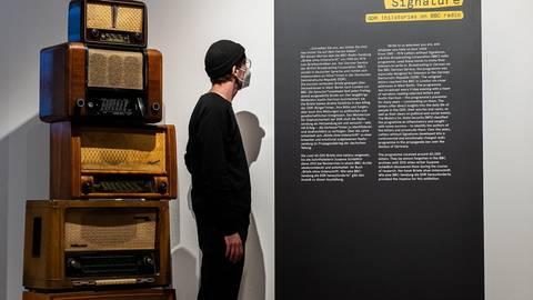 """Ein Besucher vor dem Eingang zur Schau """"Briefe ohne Unterschrift"""" – so hieß auch die Radiosendung der Londoner BBC für Hörerinnen und Hörer in der DDR. Foto: Sven Moschitz/MSPT"""