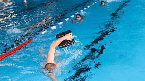 """Schwimmen ist für Vereine in Wiesbaden möglich. """"Luxus"""", findet SCW-Trainer Oliver Großmann. Dagegen waren die Schwimmer des Rheingauer Schwimmclubs noch gar nicht im Wasser. Archivfoto: René Vigneron"""