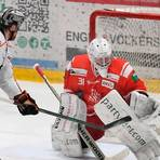 Bleibt auch in der kommenden Saison der Bad Nauheimer Rückhalt: Goalie Felix Bick (r.). Foto: Joachim Storch