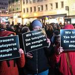 Teilnehmer bei einer Gedenkveranstaltung für die Opfer des Attentats von Hanau. Foto: dpa