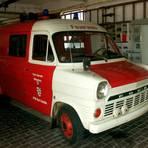 """Feuerwehrauto mit Geschichte: Seit 2012 steht der Ford Transit, von den Brandschützern liebevoll """"Transe"""" genannt, im Feuerwehrmuseum bei Georg Höhler in Fussingen.  Foto: Georg Höhler"""