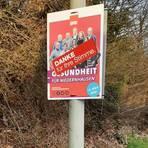Nach der Wahl ist vor der Wahl: Viele der bunten Wahlplakate in Niedernhausen sind von den lokalen Parteien bereits kurz nach dem Wahlsonntag abgehängt worden, dieses in der Idsteiner Straße bis zum 17. März noch nicht. Foto: Volker Stavenow