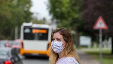 Im Bus mit, im Biergarten ohne: Die Maskenpflicht gilt für alle. Wer aufgrund einer Behinderung oder aus gesundheitlichen Gründen keine Maske tragen kann, sollte die ärztliche Bescheinigung immer dabei haben.  Foto: Guido Schiek