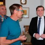 Freude bei Lars Wicke (rechts): Er bleibt der Bürgermeister der Gemeinde Grebenau. Einer der ersten Gratulanten ist Gerhard Agel, der SPD-Fraktionsvorsitzende.  Foto: Gössl