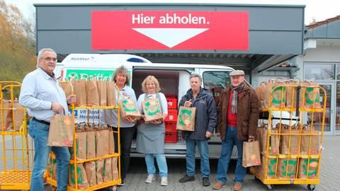 Tütenübergabe in Homberg (von links): Rewe-Inhaber Michael Fricke, Antje Baldschus, Susanne Fricke, Ditmar Gerhard und Georgios Tsoulakis (beide Alsfelder Tafel). Foto: Gössl