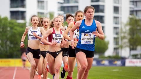 Jule Behrens auf dem Weg zu Bronze im 5000-m-Rennen. Links hinter ihr zu sehen Finja Schierl vom ASC Darmstadt, die Vierte wurde. Foto: Raphael Schmitt