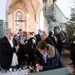 Zum Abschluss wurde noch bei einem kleinen Sektempfang gefeiert. Foto: Möller