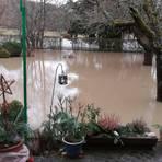 Der Solmsbach läuft über: Gärten, Felder und Keller stehen nach starken Regenfällen unter anderem hier, in Waldsolms-Kröffelbach, unter Wasser.  Foto: Ralf König