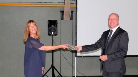 Schulamtsdirektorin Eva Maria Hußmann überreichte ein Buchgeschenk an Dieter Maier. Foto: Wagner