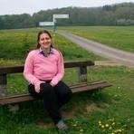 Zum Abschalten sind es nur 15 Minuten zu Fuß: Auf der Bank oberhalb von Guntersdorf lässt Katja Gronau den Blick gerne in die Ferne schweifen.  Foto: Nina Paeschke