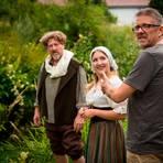 Die Proben laufen seit vorigem Jahr: Regisseur Paul Graham Brown (rechts) mit den Darstellern Stefan Briel und Lorena Dehmelt. Archivfoto: Mark Adel