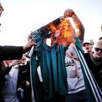Empört reagieren die Fußball-Fans in ganz Europa auf die Einführung der Super League. Hier verbrennen Fans des FC Liverpool am Montagabend vor dem Spiel in Leeds ein Trikot aus Wut aus Wut über die Teilnahme ihres Vereins an dem neuen Wettbewerb.  Foto: dpa