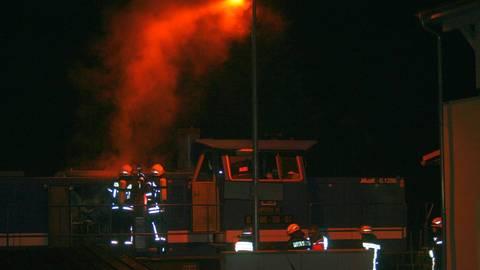 Eine Diesel-Lok fängt nach einem technischen Defekt Feuer. Die Feuerwehren aus Weinbach, Elkerhausen, Blessenbach und Weilburg sind im Einsatz.  Foto: Manuel Kapp