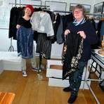 Kunsthistorikerin Dr. Jutta Failing (l.) und Handarbeitsexpertin Christa Strackbein (r.) präsentieren einige historische Objekte aus der Textilsammlung. Foto: Heimatverein