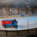 Ein Bild aus Zeiten, als Corona nicht das öffentliche Leben stark einschränkte: Aktuell bewegt sich nicht einmal die Eismaschine in der Eissporthalle im Steinigsgrund.   Archivfoto: Kempf