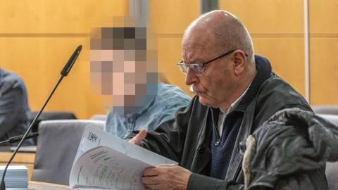 Der wegen versuchten Totschlags Angeklagte aus Büttelborn (24) und sein Verteidiger, der Rechtsanwalt Hermann Hädicke. Foto: Marc Wickel