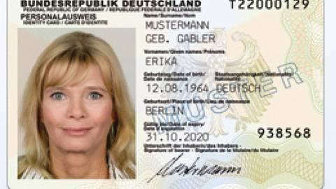 Der Personalausweis verfügt über eine Online-Funktion zur Identifizierung. Damit lassen sich Konten eröffnen, SIM-Karten freischalten oder Behördengänge erledigen. Foto: bmi