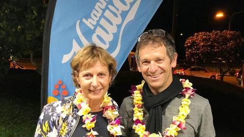 Glücklich im Ziel auf Hawaii: Triathletin Heike Dieteren mit Ehemann und Trainer Luc. Foto: Jürgen Pfliegensdörfer
