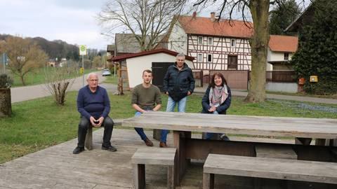 Urig: Am Dalles treffen sich (von links) Werner Krämer, Hannes Färber, Jürgen Adam und Dagmar Frings. Foto: Kirsten Sundermann