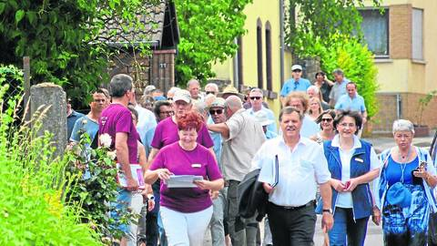 Die Juroren waren bei ihrem Rundgang durch Oberhausen beeindruckt: vorneweg Ortschefin Annelore Kuhn und Elmar Henke. Foto: Vogt-Gladigau