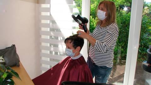 """Auch beim Frisieren gilt Maskenpflicht - wie hier in """"Doris Haarboutique"""". Das ist besonders für die Friseurinnen anstrengend.  Foto: Schäfer"""
