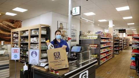 Iro Tsakoumaka bedient und berät die Kunden im Griechischen Top-Markt. Foto: Andreas Kelm