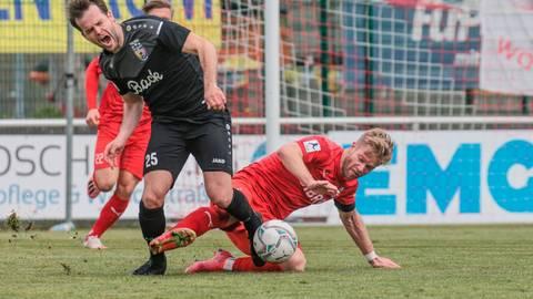 Christopher Schadeberg (links) musste sich mit dem TSV Eintracht Stadtallendorf beim TSV Steinbach Haiger knapp geschlagen geben.  Foto: Fingerhut