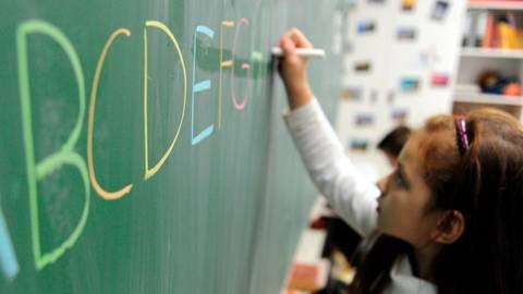 Der Unterricht an Schulen läuft in Hessen gerade mal eineinhalb Wochen und schon häufen sich die Meldungen über Corona-Verdachtsfälle an Schulen. Foto: Daniel Reinhardt/dpa