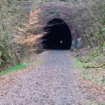 Licht am Ende des 1114 Meter langen Rabenscheider Tunnels: Noch in diesem Jahr soll der Umbau in einen Radweg beginnen und der dann vor dem Hessentag im Juni 2022 freigegeben werden. Danach soll die Verbindung zwischen Langenaubach und Breitscheid jeweils im Herbst aus Gründen des Fledermausschutzes gesperrt werden.