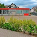 Das Gelände der Wickerer Feuerwache an der Flörsheimer Straße soll nach dem Umzug der Brandschützer anders genutzt werden. Beim Isek-Workshop wurde die Ansiedlung eines Verbrauchermarktes vorgeschlagen. Foto: Alexander Noé
