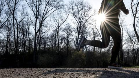 Viel an der frischen Luft, bei Wind und Wetter: Joggen könnte eine Alternative für den unter Corona-Bedingungen schwierig gewordenen Hallensportunterricht sein. Archivfoto: Fabian Sommer