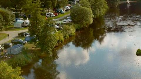 Direkt am Fluss Regen liegen die Stellplätze des Campingplatzes Schnitzmühle im Bayerischen Wald.  Foto: Heidi Siefert