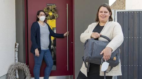 Hebamme Kathrin Weiser (rechts) stattet der schwangeren Heike Strosche in Gernsheim einen Hausbesuch ab. Foto: Vollformat/Robert Heiler