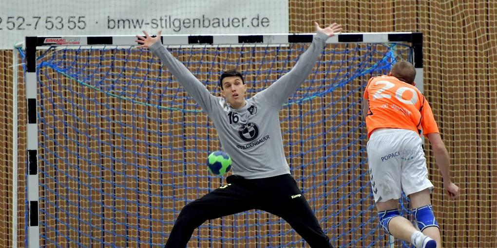 Erbachs Thorsten Bock hält einen Siebenmeter gegen Erfeldens Robert Popall. Foto: Dagmar Jährling