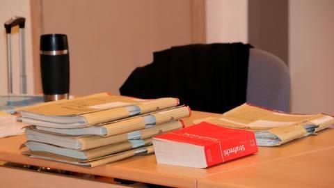 Cortison-Prozess vor dem Wetzlarer Amtsgericht, die Aktenlage auf dem Tisch des Staatsanwaltes.  Foto: Jörgen Linker