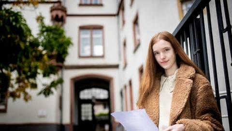 Jana Vonderheid besucht die Liebfrauenschule Bensheim. Das Bistum Mainz will die Trägerschaft aus Kostengründen loswerden. Das will die Schülerin nicht hinnehmen. Sie hat einen scharfen Brief an den Bischof geschrieben. Foto: Sascha Lotz