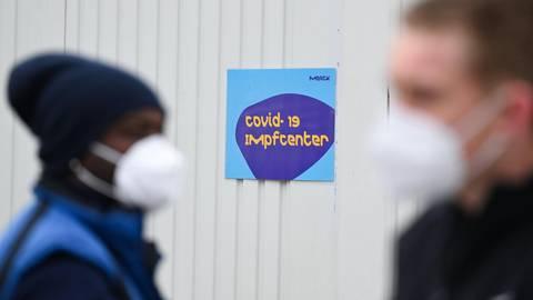 Hessen hat ein Pilotprojekt mit fünf Pharmaunternehmen gestartet, darunter Merck in Darmstadt. Ab Juni sollen bundesweit Betriebsärztinnen und Betriebsärzte impfen können. Foto: dpa