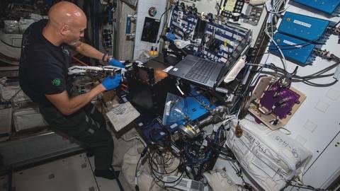 "ESA-Astronaut Luca Parmetano installiert das ""Rubi""-Experiment an Bord der Internationalen Raumstation.  Foto: ESA/Nasa"
