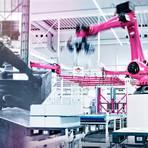 Zwischen diesen beiden Bildern liegen Welten: Auf der linken Seite sieht man die von Maschinen unterstützte Herstellung von Rittal-Schaltschränken, auf der rechten die computergesteuerte Produktion mit Industrierobotern.  Fotomontage: Rittal