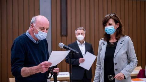 FDP-Mann Michael Casutt (links)  – hier bei seiner Vereidigung mit Stadtverordnetenvorsteherin Susanne Benyr und Bürgermeister Rainer Burelbach – ist das einzige neue Gesicht im inzwischen nur noch siebenköpfigen Heppenheimer Magistrat. Foto: Sascha Lotz