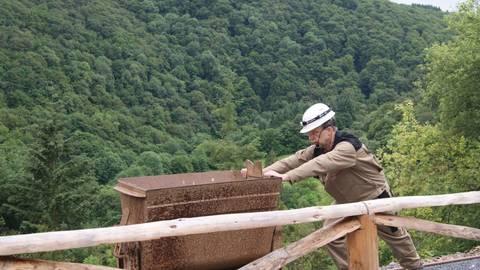 Diplom-Mineraloge Dr. Volker Reppke führt Besucher durch das Bergwerk. Foto: Ute Strunk