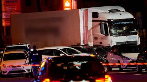 Am 7. Oktober hatte sich der Lkw durch die Limburger Innenstadt geschoben. Mehrere Menschen wurden verletzt. Foto: Sascha Ditscher/dpa