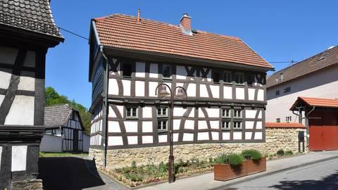 Nicht wiederzuerkennen ist das Müllerhaus der Familie Friesenhahn in Delkenheim. Fotos: Christine Krienke LfDH