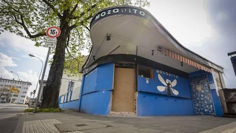 Die aus der Fassade des denkmalgeschützten Kiosks herausgebrochene Türöffnung ist notdürftig mit einer Platte abgedeckt. Foto: Sascha Kopp