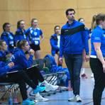 Will mit dem TV Waldgirmes den Anschluss ans Tabellenmittelfeld herstellen: Trainer Peter Schlecht (2.v.r.). Foto: Steffen Bär