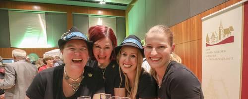 """In der Stadthalle stießen am Samstagabend bei """"Viva de Woi"""" zugunsten des Hospizvereins auch die ehemaligen Weinhoheiten Heike (von links), Stefanie, Michelle und Johanna an.  Foto: Guido Schiek"""