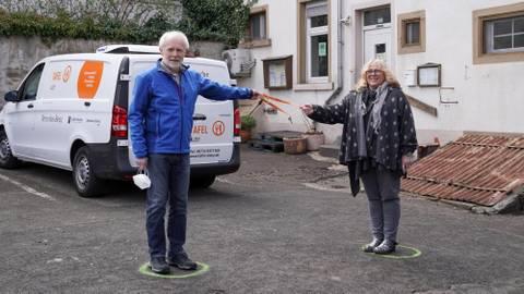 Übergabe des Staffelstabs in Schlüsselform bei der Alzeyer Tafel: Martina Hänsel folgt auf Gerd Koenen. Foto: pakalski-press/Boris Korpak