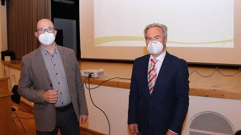 Gerhard Ohlig (Grüne, links) steht künftig der Mörlenbacher Gemeindevertretung vor. Sein Vorgänger Bodo Kalesse (CDU) wechselt in den Gemeindevorstand; er ist nun Erster Beigeordneter. Foto: Katja Gesche